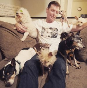 Greig diz que ver que os animais estão bem e se sentem amados é o deixa muito feliz. (Foto: Reprodução / Instagram Wolfgag2242)