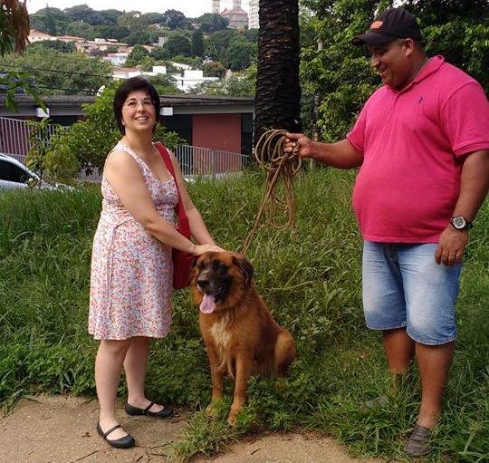 O cão com Cristiane Marino e seu novo tutor, Neto. (Foto: Reprodução / Facebook / Cristiane Marino)