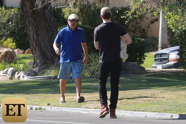 Ryan Gosling resgatando o cão da rua. (Foto: Reprodução / Entertainment Tonight)