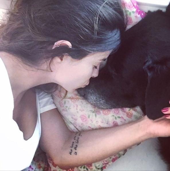 Sthefany Brito com o cachorro Brutus. (Foto: Reprodução / Instagram)