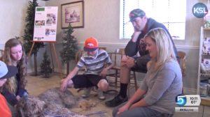 O cão está em casa e se recupera bem, recebendo muito amor de sua família. (Foto: Reprodução / KSL-TV)