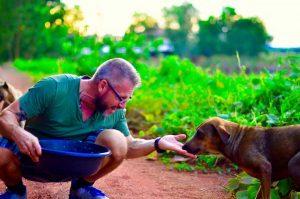 Alguns animais já o reconhecem e são bastante amigáveis. (Foto: Reprodução / Anna Tjernström)