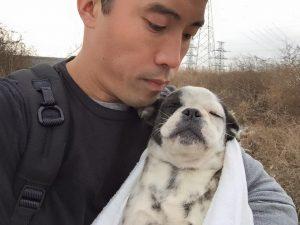 Hoje Marc conta com a ajuda de pessoas e veterinários da região que são contra o comércio e consumo da carne de cachorro. (Foto: Reprodução / Marc Ching)