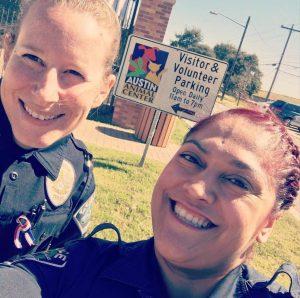 Oficiais estão fazendo um trabalho voluntário em um abrigo do Texas. (Foto: Reprodução / Amy Thomas)