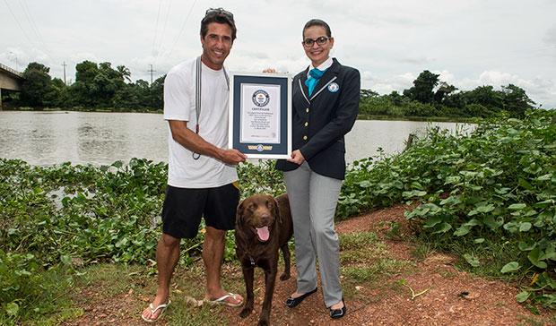 Ivan Moreira e Bono recebendo o certificado oficial do recorde. (Foto: Reprodução / Guinness World Records)
