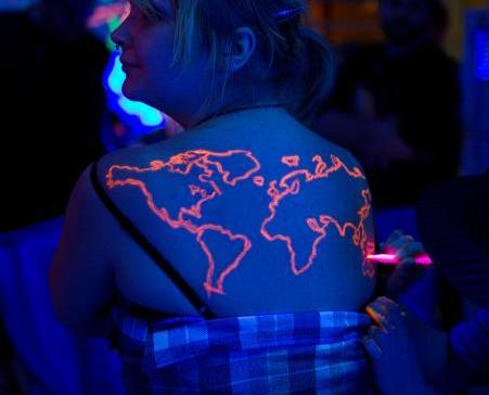 Tatuagem que brilha no escuro. (Foto: Reprodução / Bark Post)