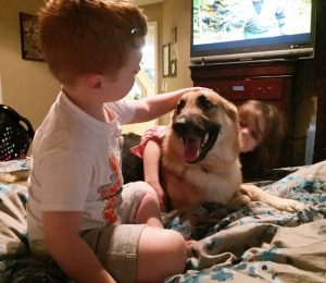 As crianças ficaram muito felizes com a chegada do novo cão. (Foto: Reprodução / Gofoundme / Save Haus)