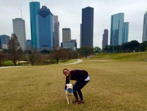 O cão hoje está curado fisicamente e emocionalmente. Ele adora brincar e passear e vive muito feliz. (Foto: Reprodução / Brittany Faske)