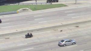 Assim que percebeu o que acontecia na estrada o policial foi ajudar. (Foto: Reprodução / CBS DFW)