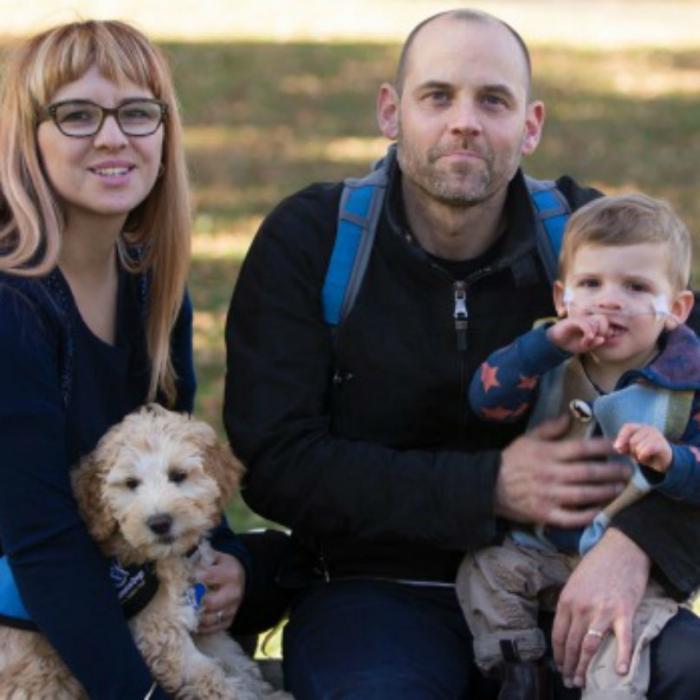 Nadia, Ryan, Frankie e o cachorro Delux. (Foto: Reprodução / BarkPost)