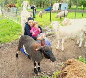 A menina Phoenix convive com os animais do abrigo desde muito nova. (Foto: Reprodução / Greener Pastures Sanctuary)