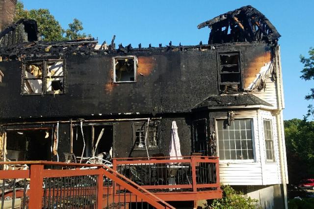 O fogo destruiu a casa. (Foto: Reprodução / Robert Bova / Go Fund Me)