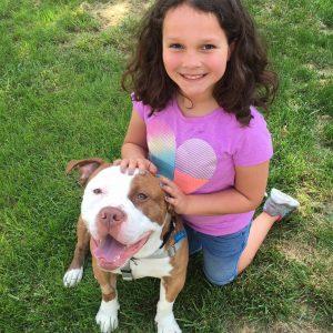 O cão encontrou a família certa que também precisava dele. (Foto: Reprodução / Mr. Bones & Co.)