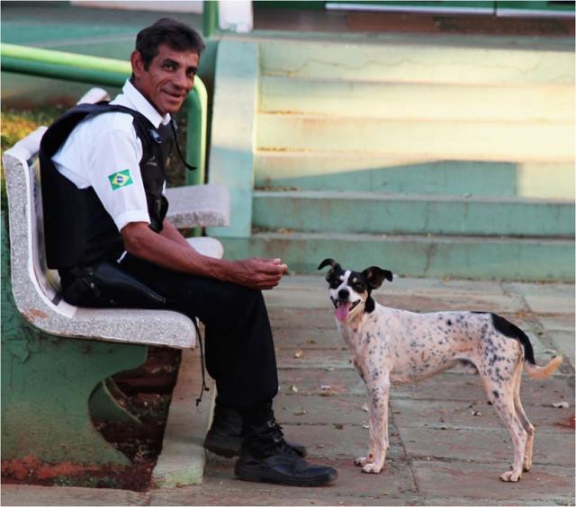 David e o cão Menino. (Foto: Reprodução / Facebook / Detran - MS / Ana Letícia Graúna)