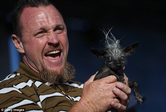 Jason Wurts comemorando com sua cachorrinha SweePee Rambo.  (Foto: Reprodução / Daily Mail UK).