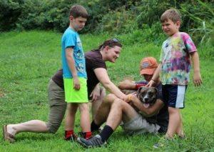 O cão Paul Anka foi o primeiro a participar da ação e logo ganhou um lar depois de passar uma noite com a família Sayer. (Foto: Reprodução / Janna Sayer)