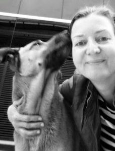 Olivia encontrou o cão na rua e ele se apaixonou por ela e pela atenção que a mulher deu para ele. (Foto: Reprodução / Mascotas Puerto Madero Adopciones Responsables)