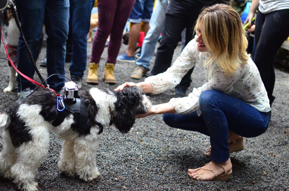 Giovanna Ewbank com o Barthô, que estava filmando o evento!