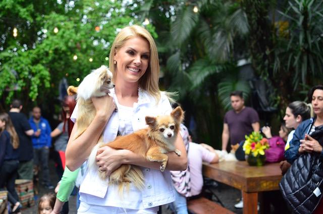 Ana Hickmann com dois de seus cães.