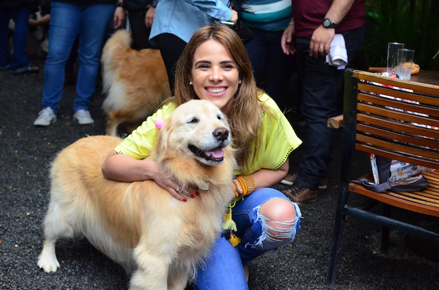 Wanessa com a golden retriever Bela.