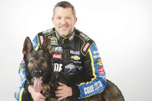 O famoso piloto da NASCAR Tony Stewart também é um amante de animais. (Foto: Reprodução / Dogster / Stewart-Haas Racing / Harold Hinson Photography)