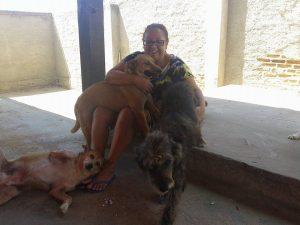 Ana Maria cuida de animais há 15 anos e tem 14 animais em sua casa. (Foto: Reprodução / Facebook Ana Maria de Barros)