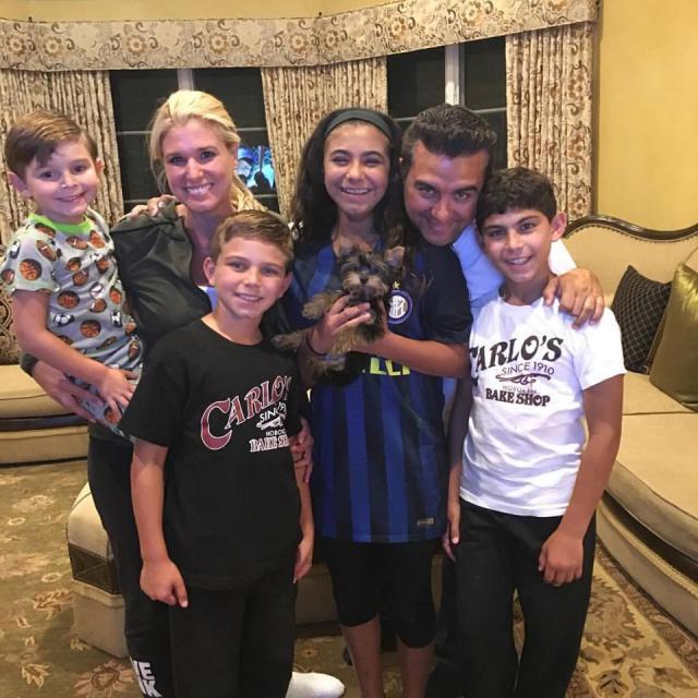 Buddy Valastro com a esposa Lisa, seus filhos e seu cão Baci. (Foto: Reprodução / Facebook / Buddy Valastro)