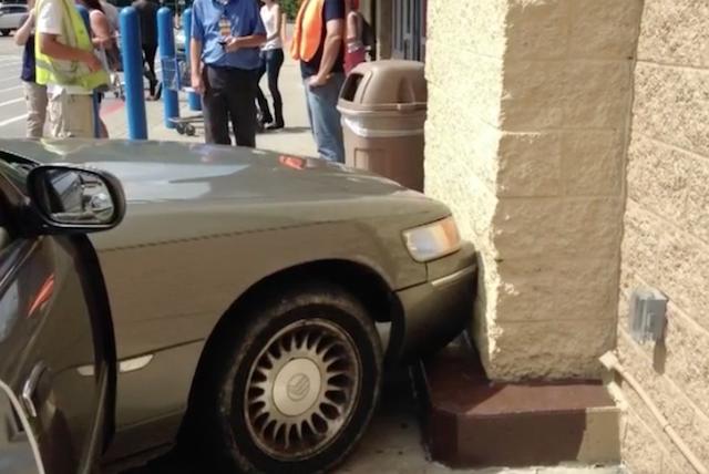 O carro bateu na entrada do supermercado. (Foto: Reprodução / Fox 5 San Diego)