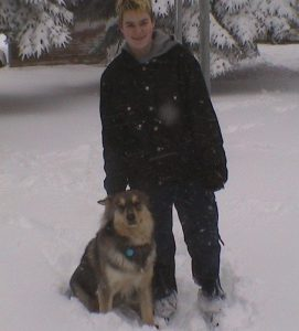 Spunky é um cão que adora neve. (Foto: Reprodução / Ashley Niels)