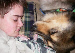 E Ashley está aproveitando todos os minutos que pode ao lado de são filho de quatro patas, lhe dando todo o amor do mundo e o enchendo de beijos e mimos. (Foto: Reprodução / Ashley Niels)
