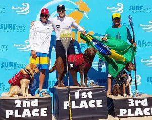 Brasileiros comemorando no pódio. (Foto: Reprodução / Facebook Bonosurfdog)
