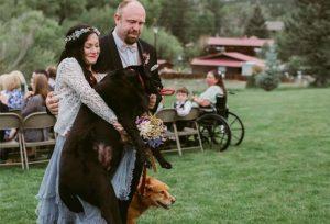 Para não deixar o cão para trás, que estava tão fraco que não conseguia andar, uma das damas de honra carregou Charlie até o altar. (Foto: Reprodução / Jen Dziuvenis Photography)