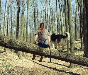Hoje, o cão faz questão de estar sempre ao lado de sua mãe para se certificar de que ela está segura, bem e feliz. (Foto: Reprodução / Karlee Waldvogel)