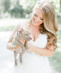 Os noivos ficaram muito felizes e os cães tornou o grande dia do casal ainda mais especial. (Foto: Reprodução / Caroline Logan)