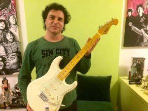 O cantor e compositor Frejat doou duas guitarras para a ONG Paraíso dos Focinhos. (Foto: Reprodução / Facebook Paraíso dos Focinhos)