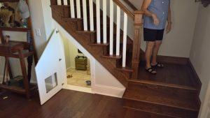O quartinho do cão fica no espaço debaixo da escada. (Foto: Reprodução / Imgur Fatisbac)