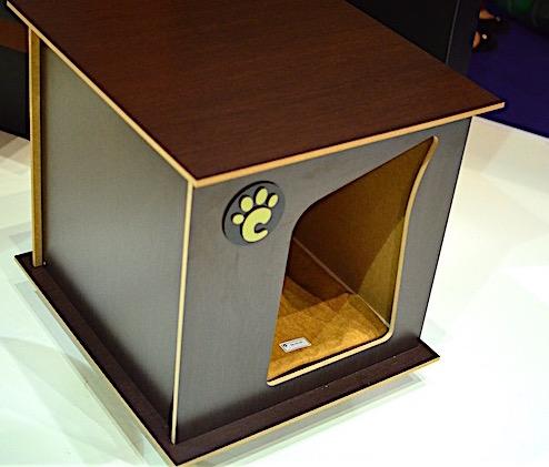 Essa casinha de cachorro é também uma mesinha de canto. (Foto: Karina Sakita)