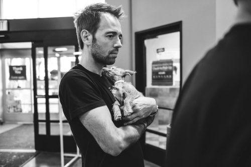 No mesmo dia Luiz começou o processo de adoção da cadela. (Foto: Reprodução / John Hwang)