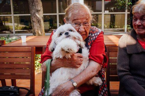 Brincar com os animais deixa os idosos mais alegres, bem-humorados e mais ativos. (Foto: Reprodução / Facebook Cora Residencial Senior)
