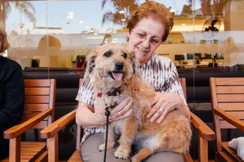 Os cães também adoram toda a atenção e carinho que ganham dos amigos idosos. (Foto: Reprodução / Facebook Cora Residencial Senior)