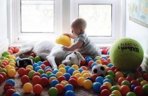 Com o bebê, Nora se sente mais segura. (Foto: Reprodução / Elizabeth Spence)