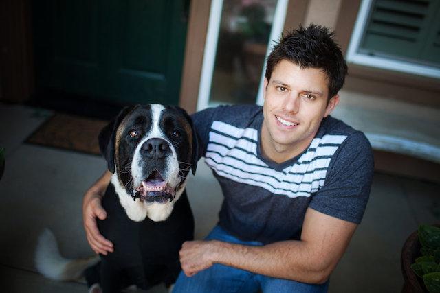Tyson Walters com sua cachorra Harley. (Foto: Reprodução / Shed Defender)