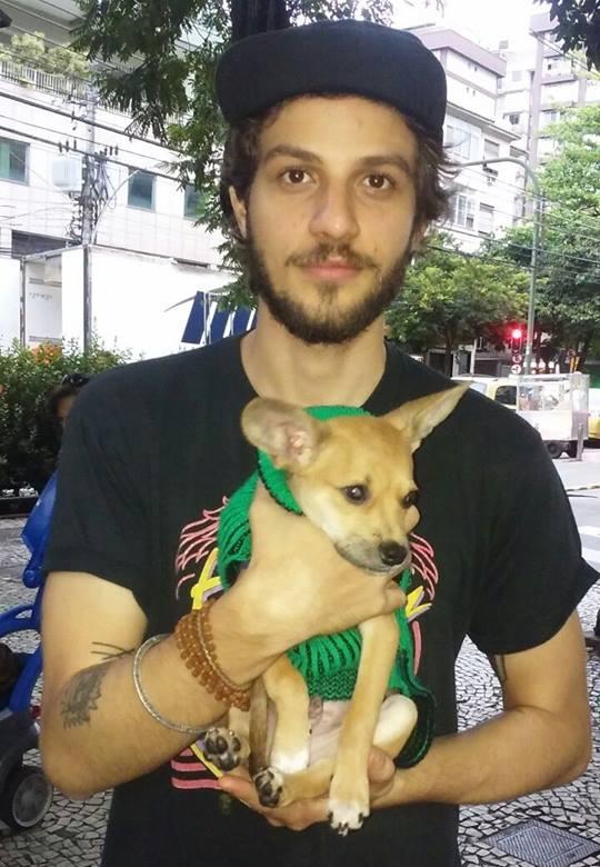 Chay Suede com o cão Tobias. (Foto: Reprodução / Facebook / Ampara Animal).