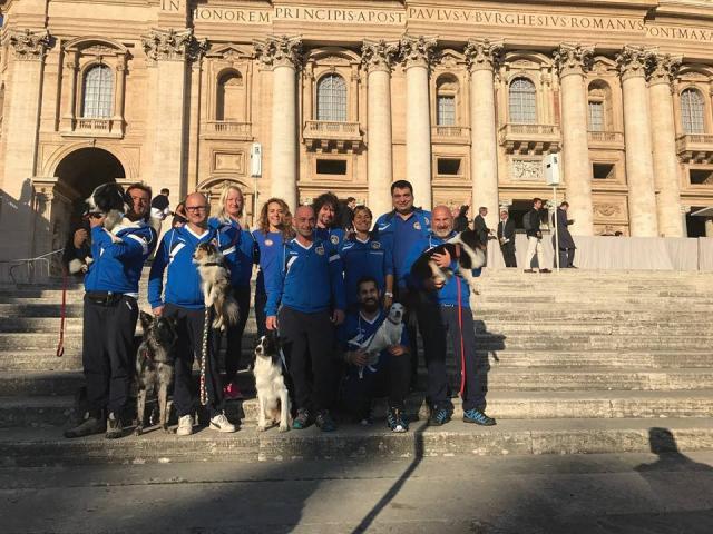Equipe de agility da Federazione Italiana Sport Cinofili aguardando o Papa. (Foto: Reprodução / Facebook / Federazione Italiana Sport Cinofili)