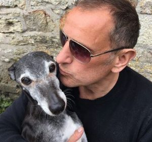 O cão partiu cercado por muito amor e tendo a certeza de quanto ele era importante para seu papai humano. (Foto: Reprodução / Facebook Mark Woods)
