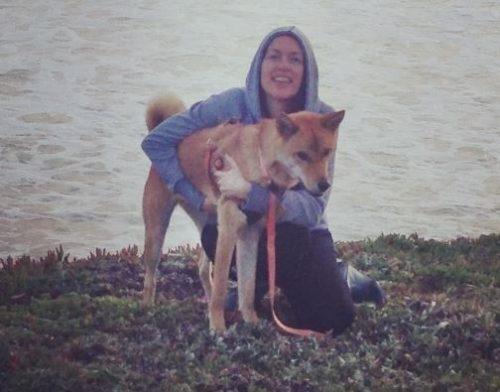 A cadela ganhou tutores muito amorosos e que cuidam muito bem dela. (Foto: Reprodução / Instagram Sunshine My Life In The Sunshine)