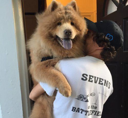 A cadela ama seus tutores e adora um abraço. (Foto: Reprodução / Bubbe The Chow)