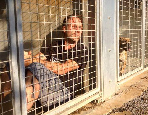 Pensando em promover os animais disponíveis para adoção e ajudar o abrigo, Rémi Gaillard passou três dias vivendo em um canil da SPA de Montpellier. (Foto: Reprodução / Facebook Rémi Gaillard)