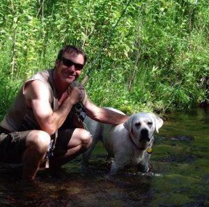 a maioria dos atores, como Dennis Quaid, cresceu com cães em casa. (Foto: Reprodução / Universal Pictures)