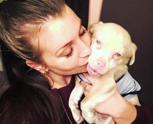 Ele foi adotado por uma mamãe muito amorosa. (Fotos: Reprodução / Tucker Wears Goggles)
